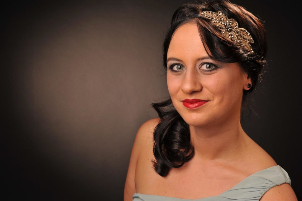 Eventstyling mit Haarband und Perlen